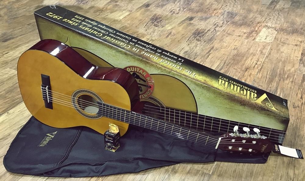 Guitars classical guitars valencia guitars valencia for Luthier valencia